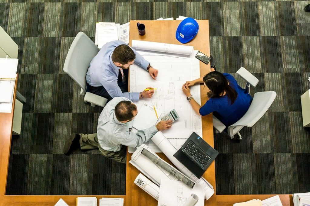 64 proc. Polaków chce pracować zdalnie. Jak zintegrować zespół w jednym Hubie?