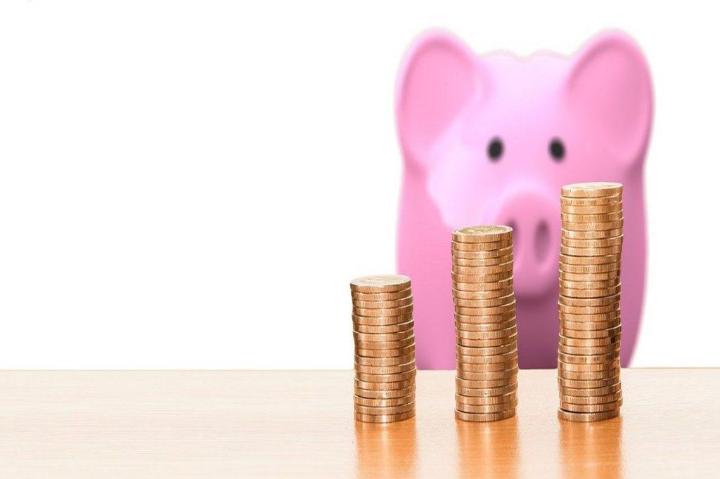 Przygnieceni kredytami i ratami, czyli skąd się biorą długi Polaków