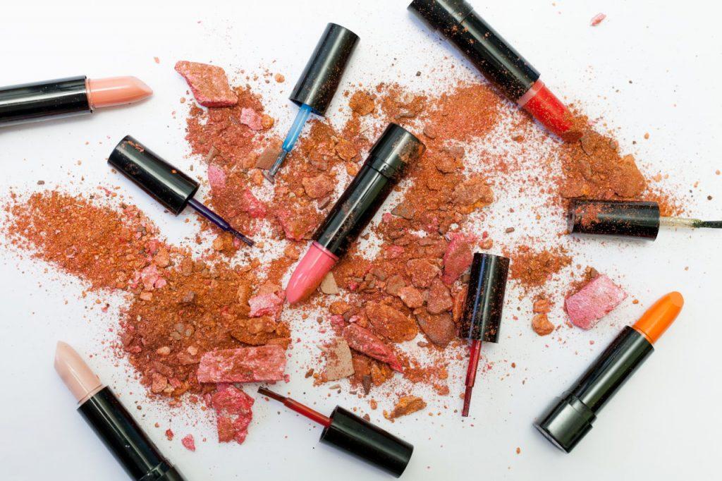 81% kobiet zawsze nosi szminkę w torebce!