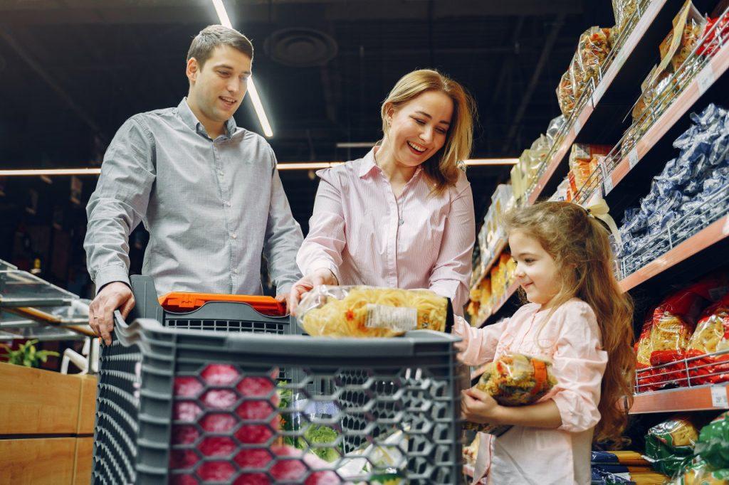 Jak robić zakupy, by mniej wydawać? Przekonaj się, jak możesz zacząć więcej oszczędzać